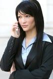 Geschäftsfrau auf Handy Stockfotografie