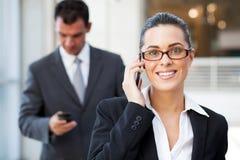 Geschäftsfrau auf Handy stockbilder
