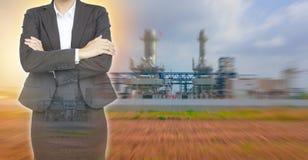 Geschäftsfrau auf Kraftwerkhintergrund Stockfotografie