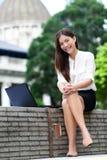 Geschäftsfrau auf Laptop in Hong Kong Lizenzfreies Stockbild