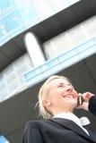 Geschäftsfrau auf Mobiltelefon Lizenzfreies Stockbild