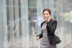 Geschäftsfrau auf Mobiltelefonbetrieb Stockbilder