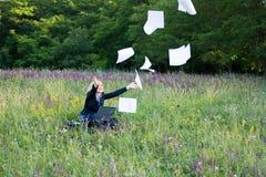 Geschäftsfrau auf Naturfangdokumenten lizenzfreie stockfotos