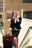 Geschäftsfrau auf Rolltreppe Stockfoto