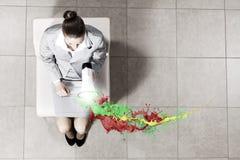 Geschäftsfrau auf Stuhl Lizenzfreies Stockfoto