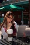 Geschäftsfrau auf Tablette Lizenzfreie Stockfotos
