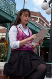 Geschäftsfrau auf Tablette Stockbilder