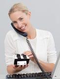 Geschäftsfrau auf Telefon und dem Suchen des Indexes Stockbilder