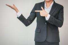 Geschäftsfrau ausgestreckte Hand für Durchführung Konzeptgeschäft stockfoto