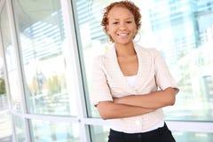Geschäftsfrau am Bürohaus Lizenzfreie Stockfotos