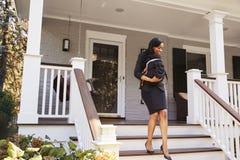 Geschäftsfrau With Baby Son, das Haus für Arbeit verlässt stockfotos