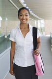 Geschäftsfrau With Bag Standing im Büro-Balkon Lizenzfreies Stockbild