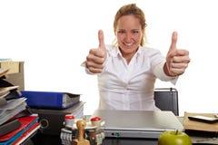 Geschäftsfrau bei der Arbeit, die beide anhält Stockfotografie
