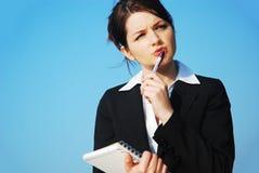 Geschäftsfrau bei der Arbeit draußen Lizenzfreie Stockbilder