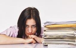 Geschäftsfrau bei der harten Büroarbeit Stockbild