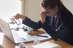 Geschäftsfrau beim Arbeiten betont an einem Computer stockfotografie