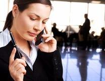 Geschäftsfrau benennt Mobiltelefon Lizenzfreie Stockfotos