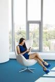 Geschäftsfrau benutzt Handy im Büro JPG + vektorabbildung Stockfotografie