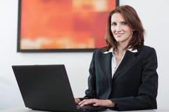 Geschäftsfrau benutzt Laptop Lizenzfreies Stockbild