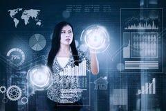 Geschäftsfrau berührt zwei virtuelle Knöpfe Stockbilder
