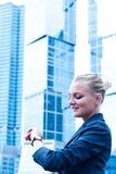 Geschäftsfrau betrachtet die Borduhr stockfotografie