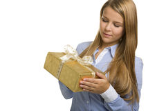 Geschäftsfrau betrachtet ein Geschenk Stockfoto
