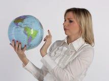 Geschäftsfrau betrachtet Kugel Lizenzfreies Stockfoto