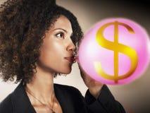 Geschäftsfrau-Blowing Balloon With-Dollar-Zeichen Lizenzfreie Stockbilder