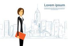 Geschäftsfrau Cartoon über Skizzen-Stadt-Wolkenkratzer Lizenzfreie Stockfotografie