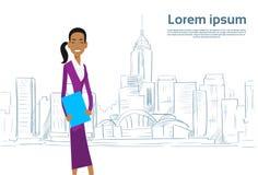 Geschäftsfrau Cartoon über Skizzen-Stadt-Wolkenkratzer Lizenzfreies Stockbild