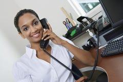 Geschäftsfrau-Communicating On Landline-Telefon lizenzfreie stockfotos