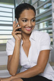 Geschäftsfrau-Communicating On Mobile-Telefon lizenzfreie stockfotos