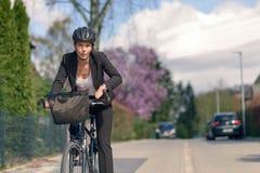 Geschäftsfrau Commuting auf einem Zyklus, der zum Büro geht Lizenzfreies Stockbild