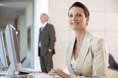 Geschäftsfrau am Computer Stockfotografie