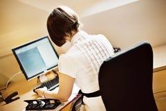 Geschäftsfrau am Computer Lizenzfreies Stockbild