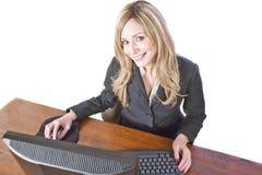 Geschäftsfrau am Computer getrennt auf Weiß Lizenzfreie Stockfotos