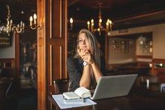 Geschäftsfrau in den Gläsern Innen mit dem Kaffee und Laptop, die Kenntnisse im Restaurant nehmen Stockfoto