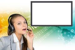 Geschäftsfrau in den Kopfhörern, die Kamera betrachten Lizenzfreie Stockfotografie