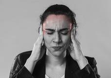 Geschäftsfrau in den leidenden Migräneschmerz des Büroanzugs und in den starken Kopfschmerzen Lizenzfreies Stockfoto