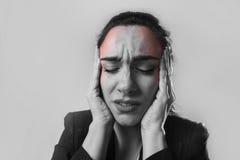 Geschäftsfrau in den leidenden Migräneschmerz des Büroanzugs und in den starken Kopfschmerzen Lizenzfreies Stockbild