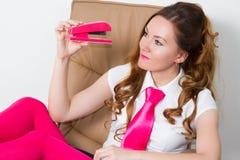 Geschäftsfrau in den rosafarbenen Strumpfhosen und in der rosafarbenen Gleichheit Stockbild