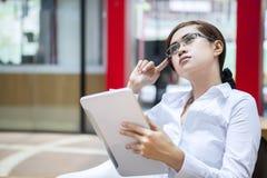 Geschäftsfrau, die an Strategie bei der Arbeit denkt Lizenzfreies Stockbild
