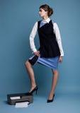 Geschäftsfrau in der Arbeitsklage, die auf Drucker steht Stockfotos