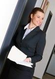 Geschäftsfrau an der Bürotür Lizenzfreies Stockbild