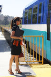 Geschäftsfrau an der Bahnstation Stockfoto