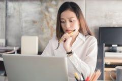Geschäftsfrau der neuen Generation arbeitet mit einem Notizbuch Lizenzfreies Stockfoto