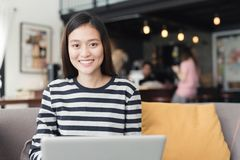 Geschäftsfrau der neuen Generation arbeitet mit einem Notizbuch, asiatisches f stockfotos