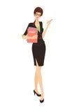Geschäftsfrau in der schwarzen Klage, die ein Faltblatt anhält Stockfoto
