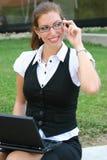 Geschäftsfrau in der Stadt Lizenzfreie Stockfotografie