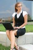 Geschäftsfrau in der Stadt Stockfotografie